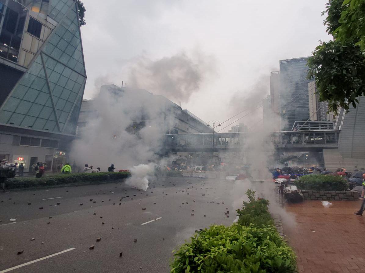 【荃葵青遊行】荃灣大會堂對開有燃燒物 警大河道舉藍旗