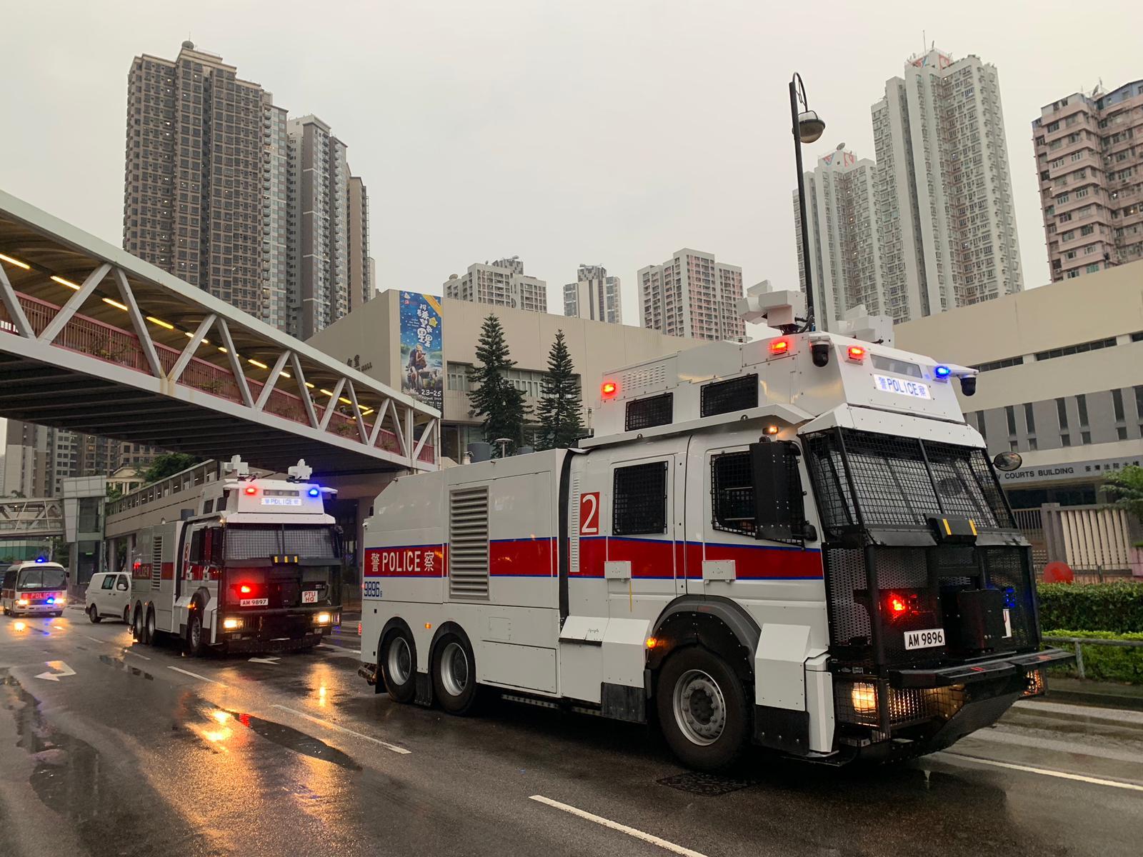水炮車駛達荃灣戒備。