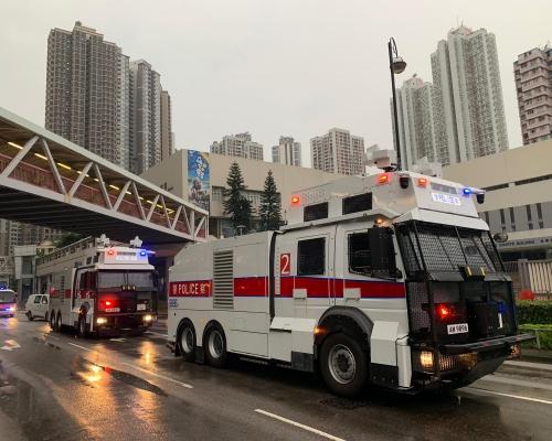 【荃葵青遊行】兩輛水炮車抵達荃灣 向大河道路障射水