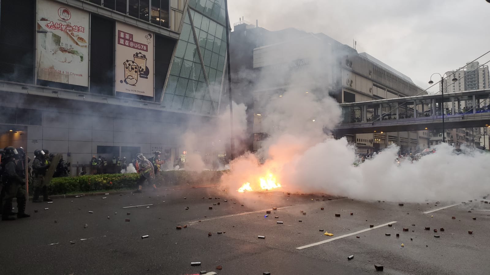 【荃葵青遊行】楊屋道示威者反攻投擲磚頭汽油彈 警方舉橙旗開槍