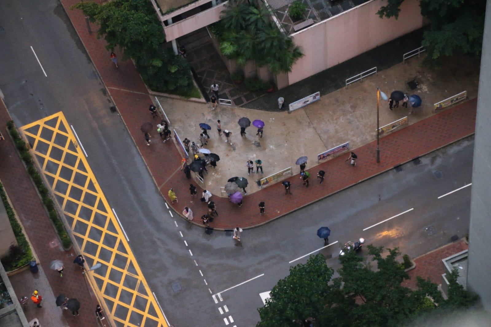 示威者進入荃灣海濱花園聚集。讀者提供