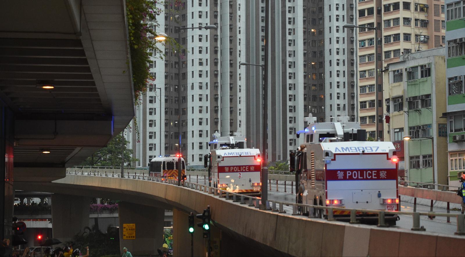 【荃葵青遊行】兩輛水炮車向大河道路障射水後 經迴旋處駛向楊屋道