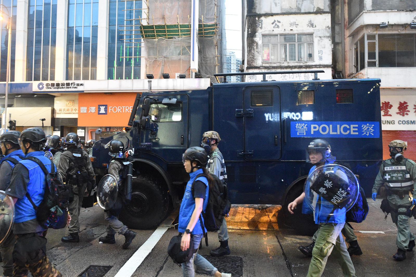 警方裝甲車駛進荃灣沙咀道戒備