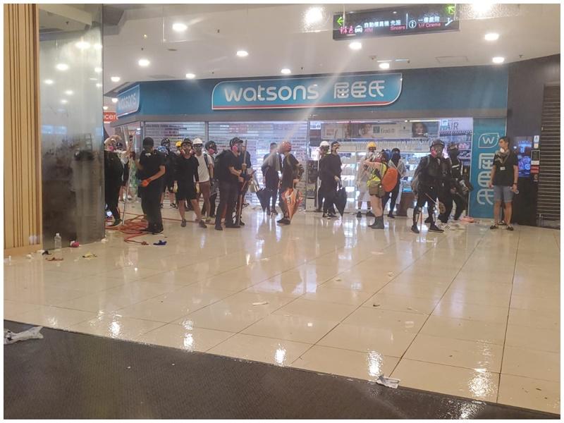 示威者退到荃新天地2期,用消防喉向地面射水。