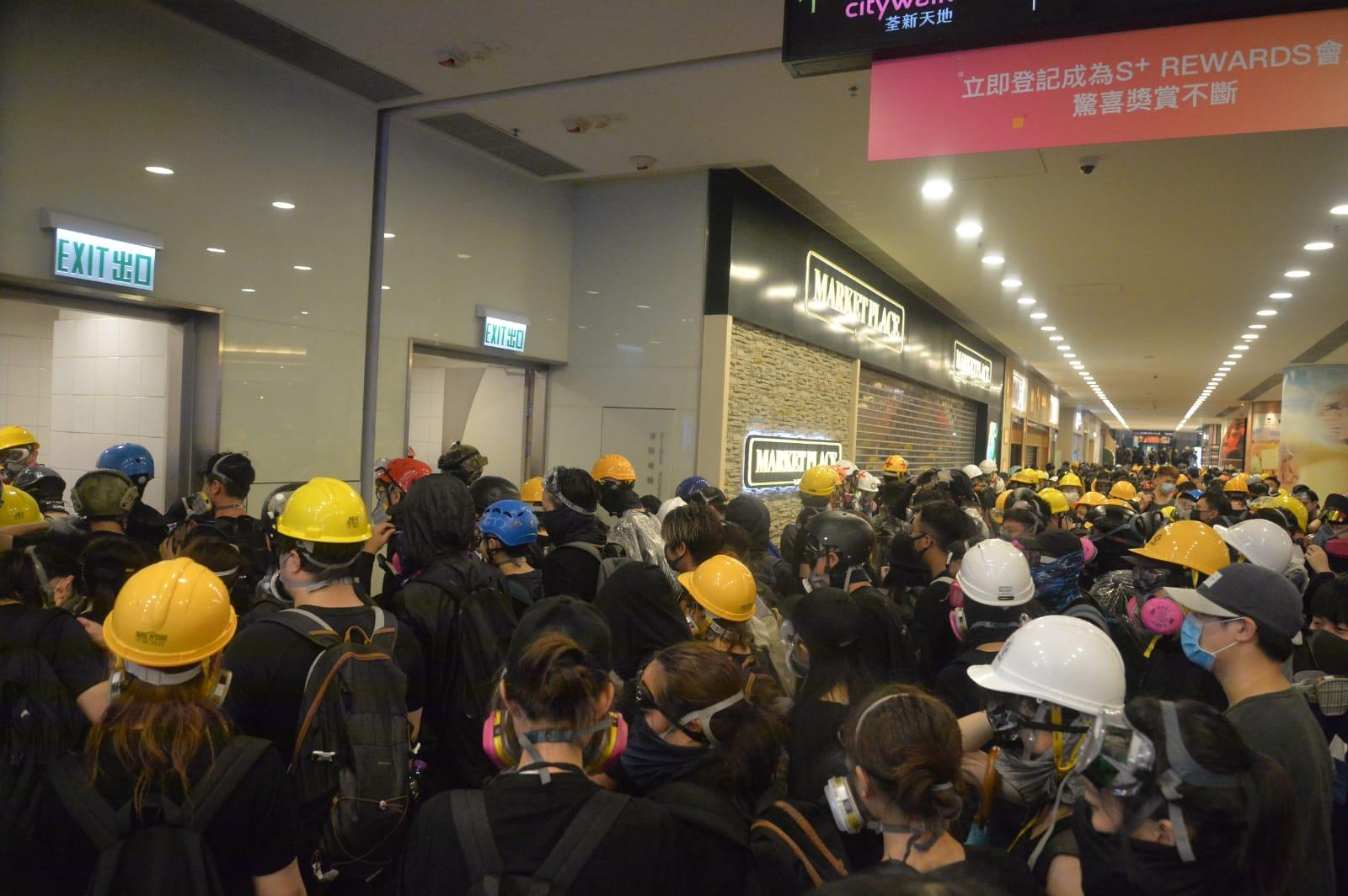 示威者經商場後門前往海濱公園。