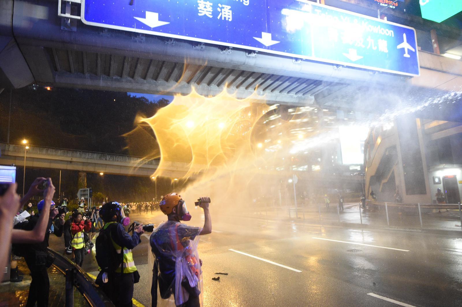 警方水炮車楊屋道發射水柱驅散人群。