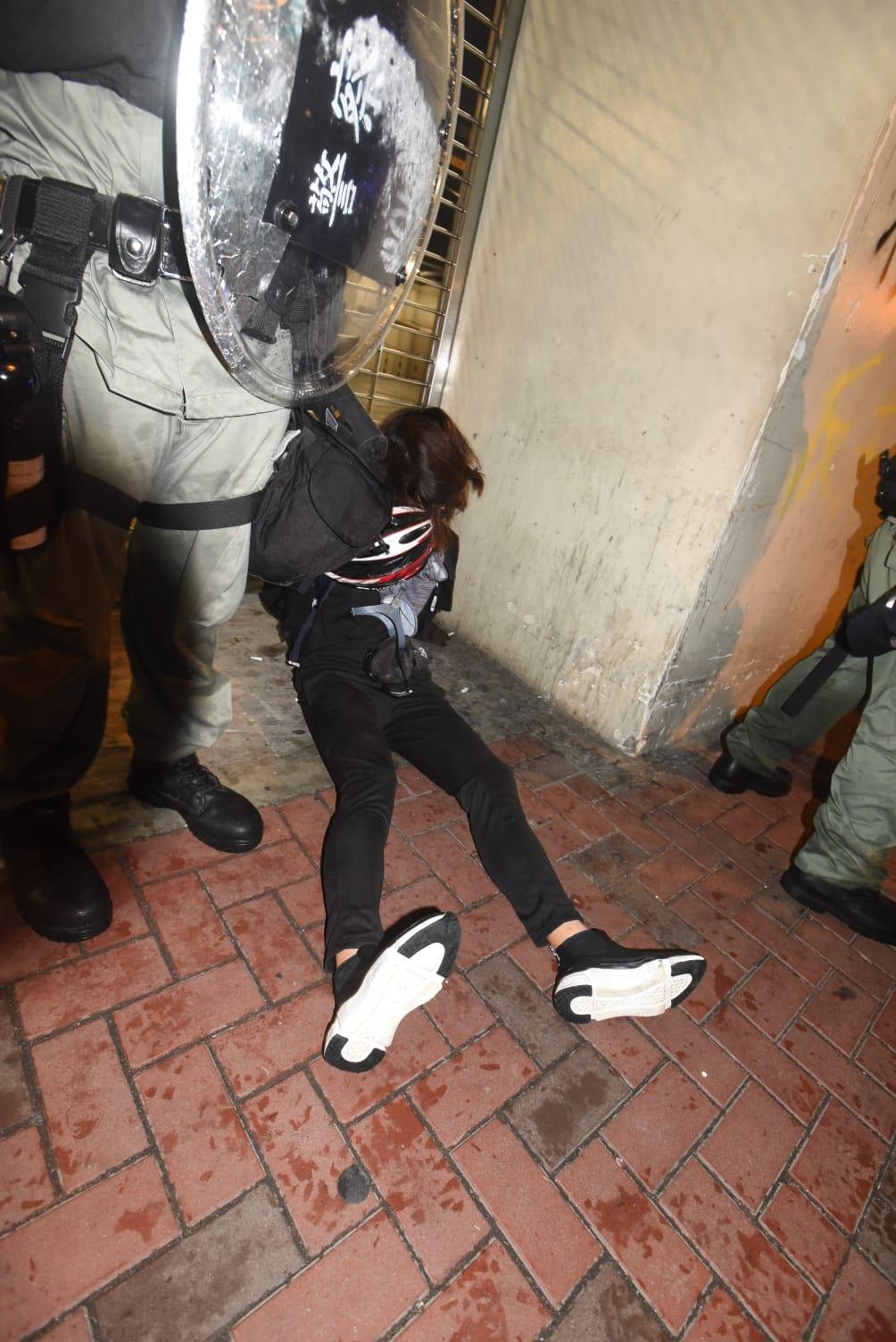 警方制服多名示威者。