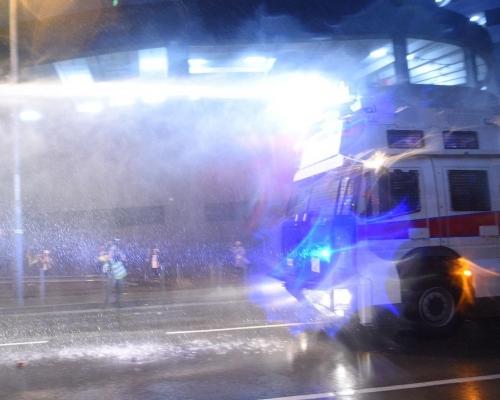 【荃葵青遊行】警方水炮車楊屋道發射水柱 首次應用驅散人群