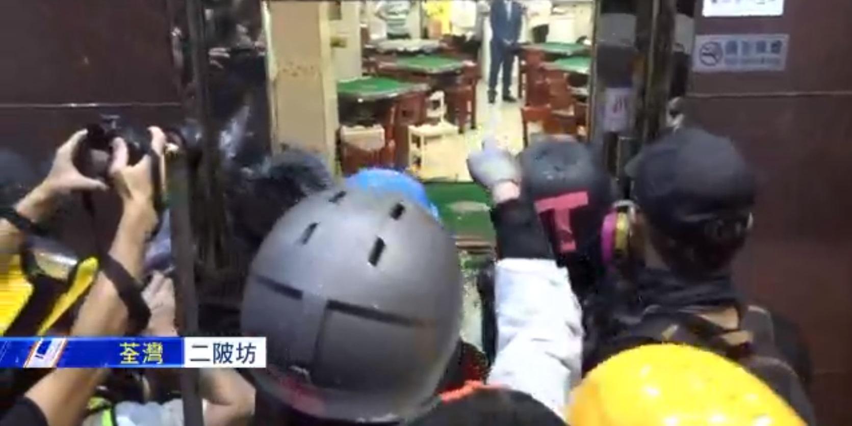 示威者打爆麻雀館玻璃要求「福建人」出來。NOW截圖