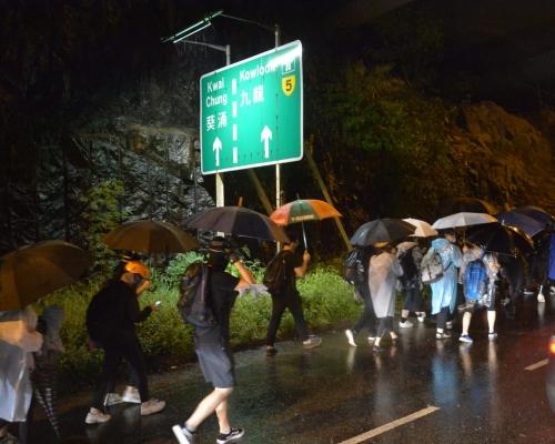 【荃葵青遊行】部分示威者沿荃灣路公路往葵芳撤退 汽車慢駛閃避