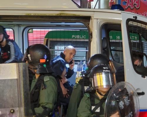 【荃葵青遊行】眾安街示威者打爛警車車窗 警員遇襲受傷