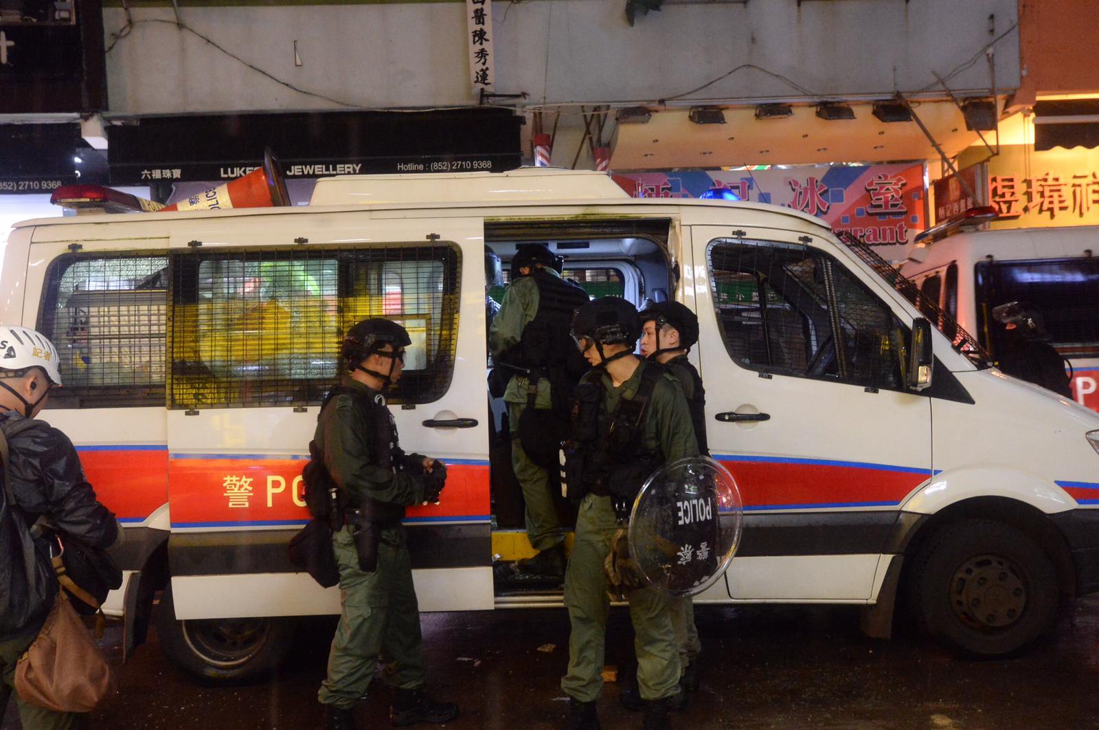 警員在荃灣驅散示威者