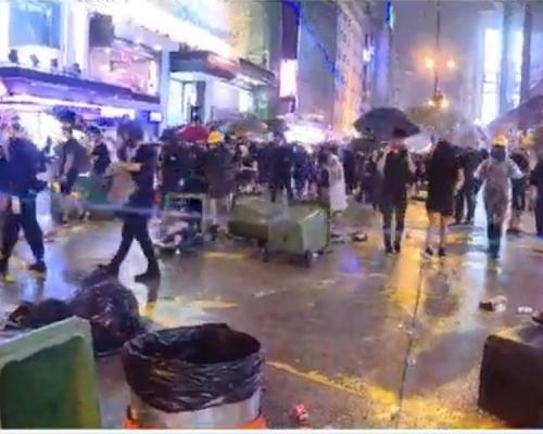 【荃葵青遊行】示威者轉戰尖沙嘴 彌敦道一帶設路障