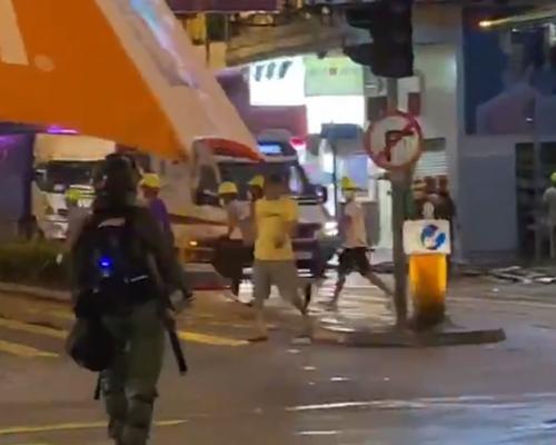 【荃葵青遊行】沙咀道數十名疑手持鐵通利刀及國旗白衣漢聚集被警員驅散