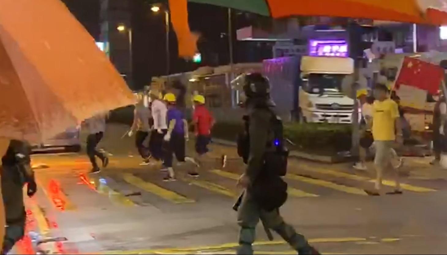 荃灣有一批人手持武器及國旗聚集。網上影片截圖
