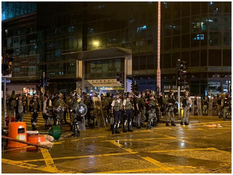 防暴警推進,現場未見黑衣人。
