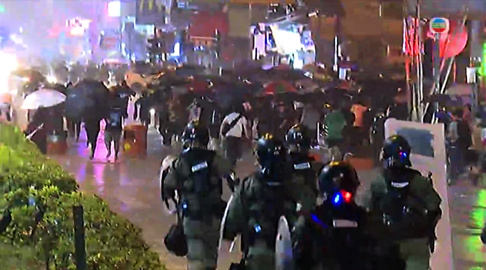 防暴警察展開驅散。無線新聞截圖