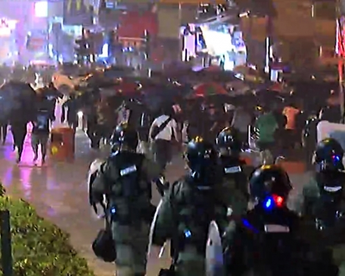 【荃葵青遊行】深水埗警署外防暴警察制服多名示威者 許智峯理論被要求查證件