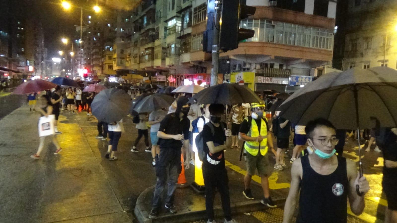 防暴警察展開驅散聚集人群。