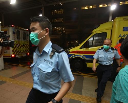 【荃葵青遊行】眾安街示威者打爛警車車窗 警員遇襲受傷送院