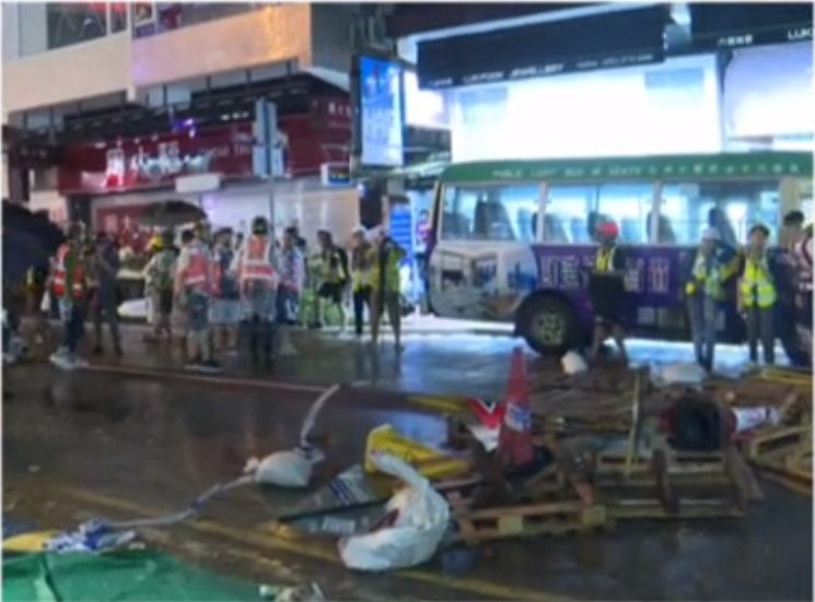 眾安街示威者及市民深夜與警察對峙設路障。有線新聞截圖
