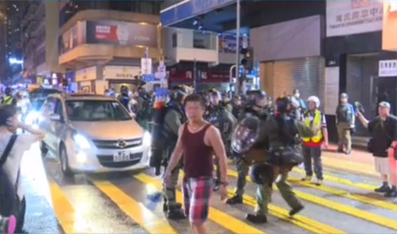眾安街及沙咀道防暴警察推進驅趕人群。有線新聞截圖