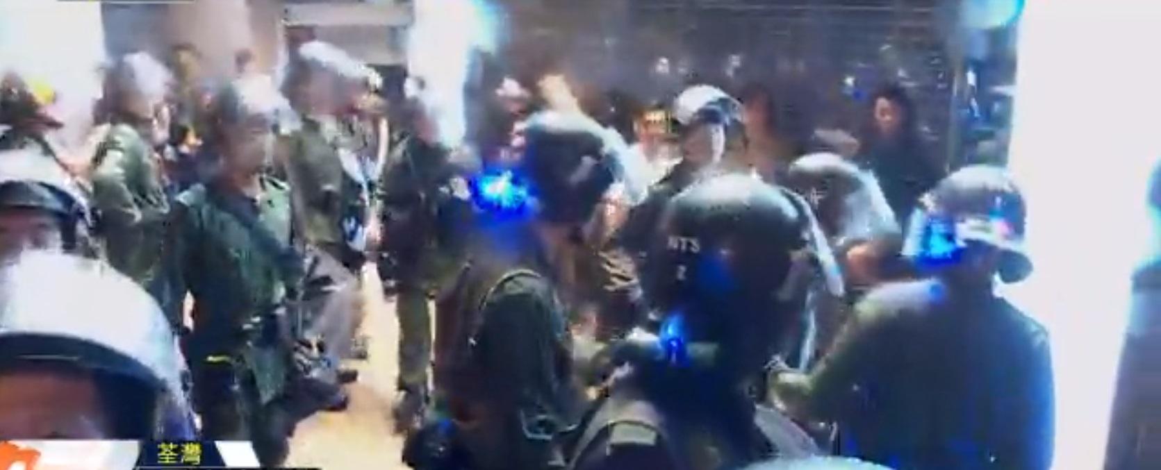 防暴警察將多人壓倒在地。NOW新聞截圖