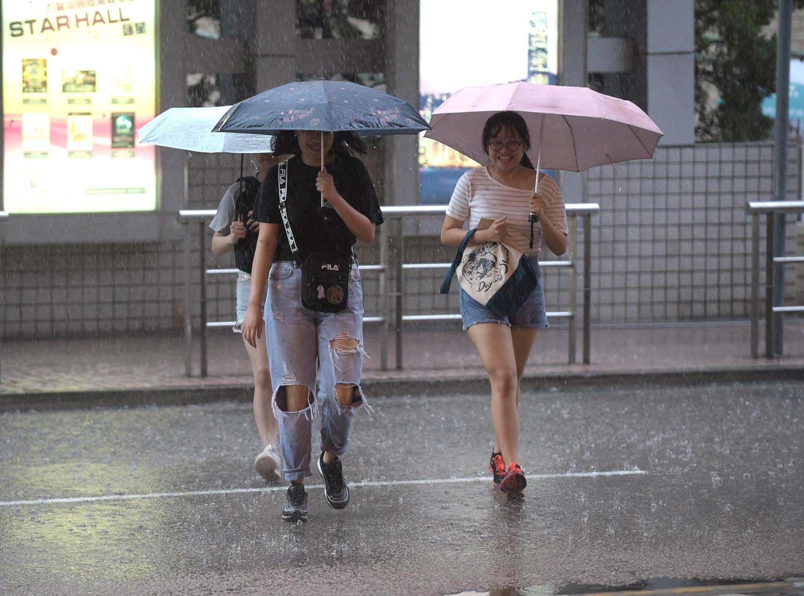 本港出現大雨。
