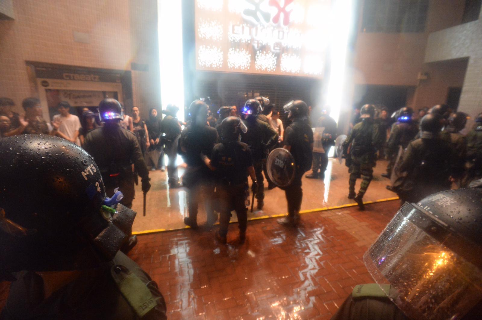 警方晚上在荃灣清場