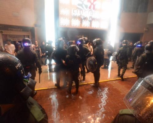 【荃葵青遊行】防暴警察眾安街青山公路制服多名示威者及市民