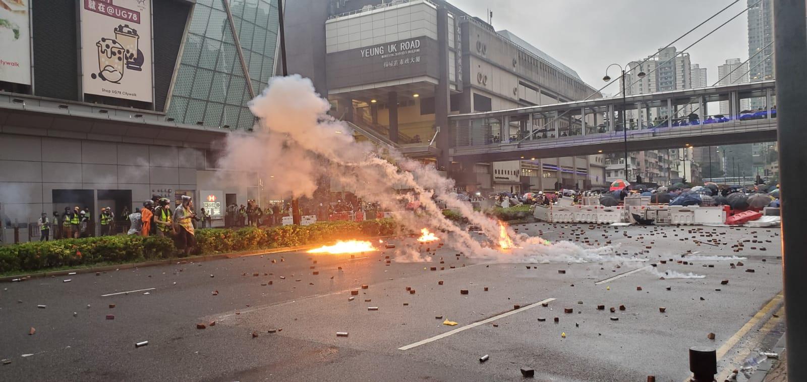 示威者與警方在荃灣爆發大規模衝突。