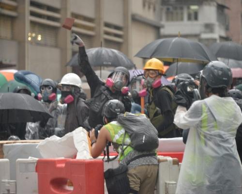 政府嚴厲譴責激進示威者升級違法暴力 將香港推向極為危險邊緣