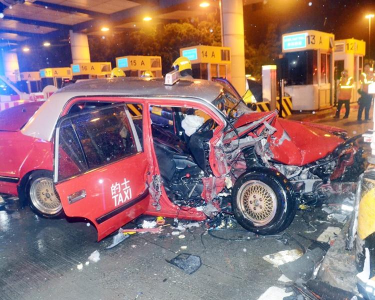 的士車頭損毀嚴重。