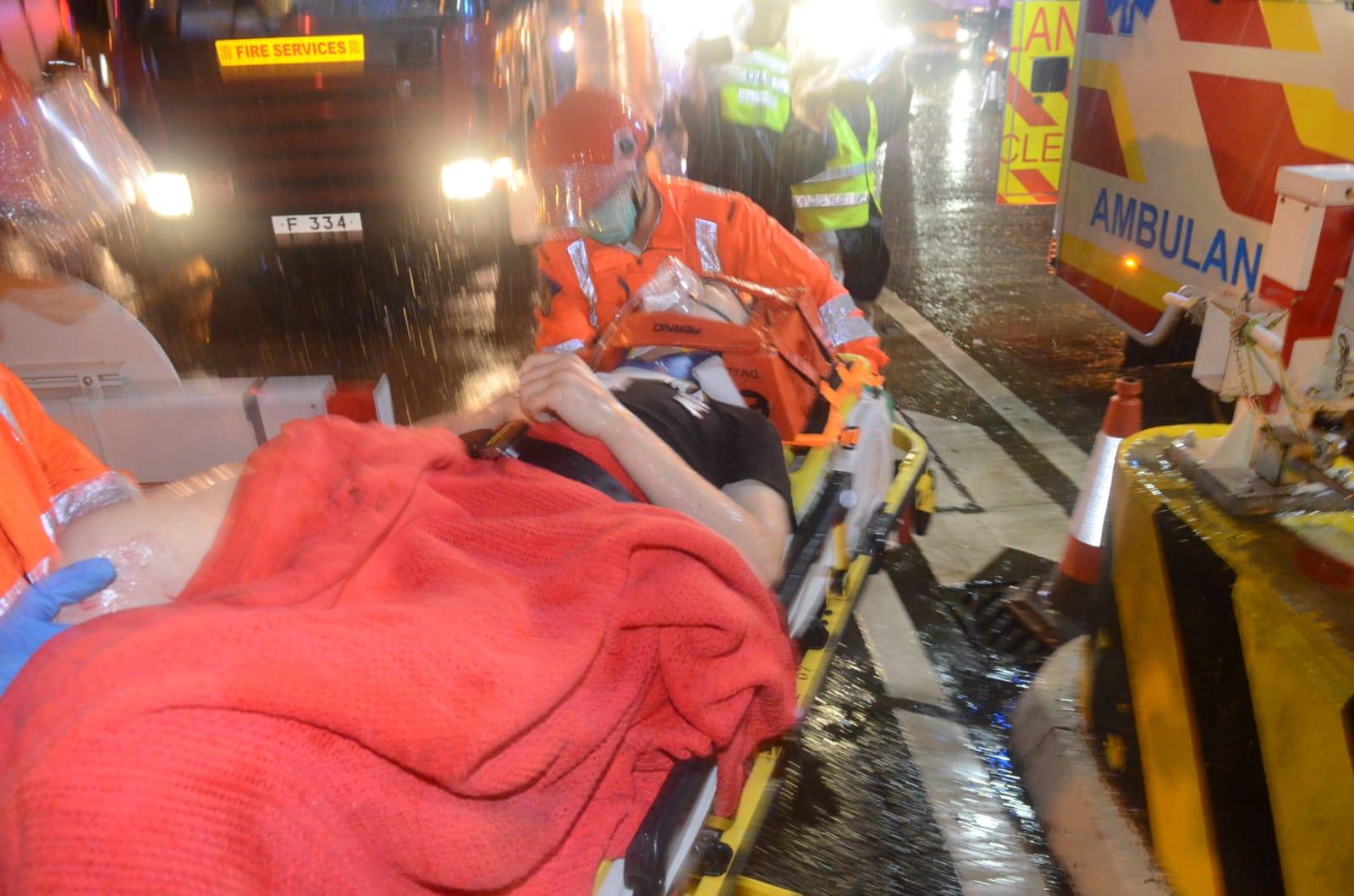 司機腳及頸受傷送院治理。