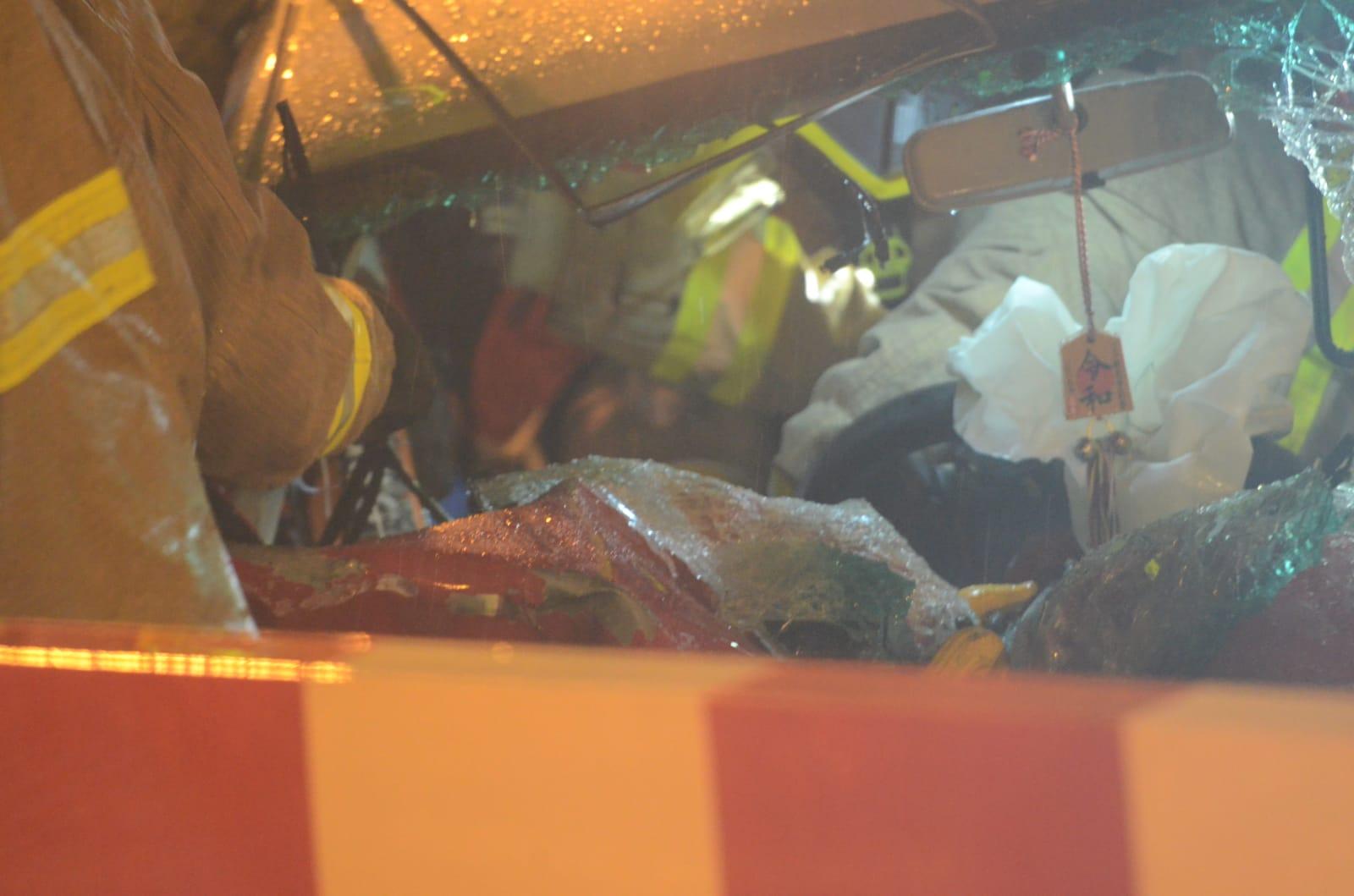 司機一度被困由消防救出。