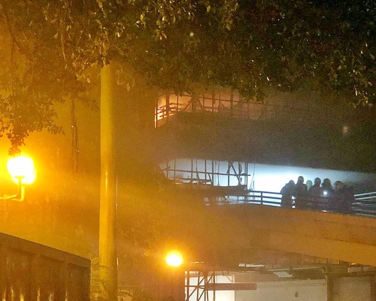 消防到場開動兩條喉灌救。讀者提供