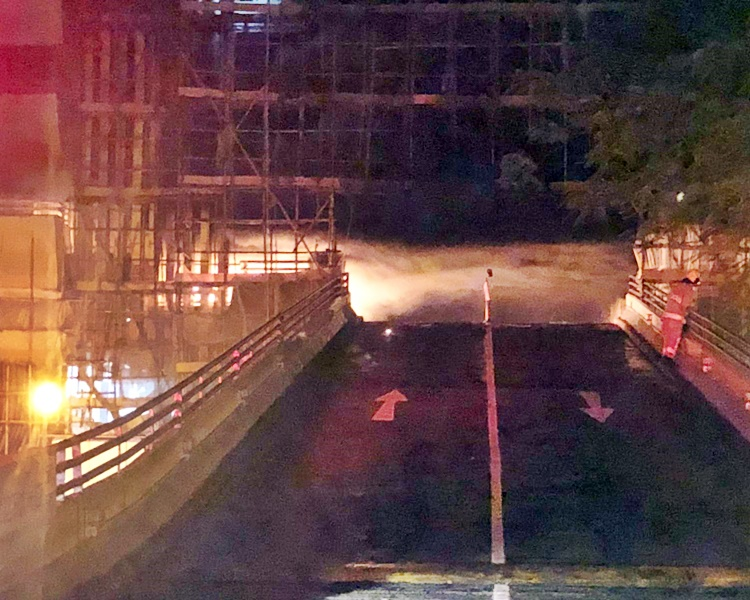 火警焚毀多輛車包括電單車。讀者提供
