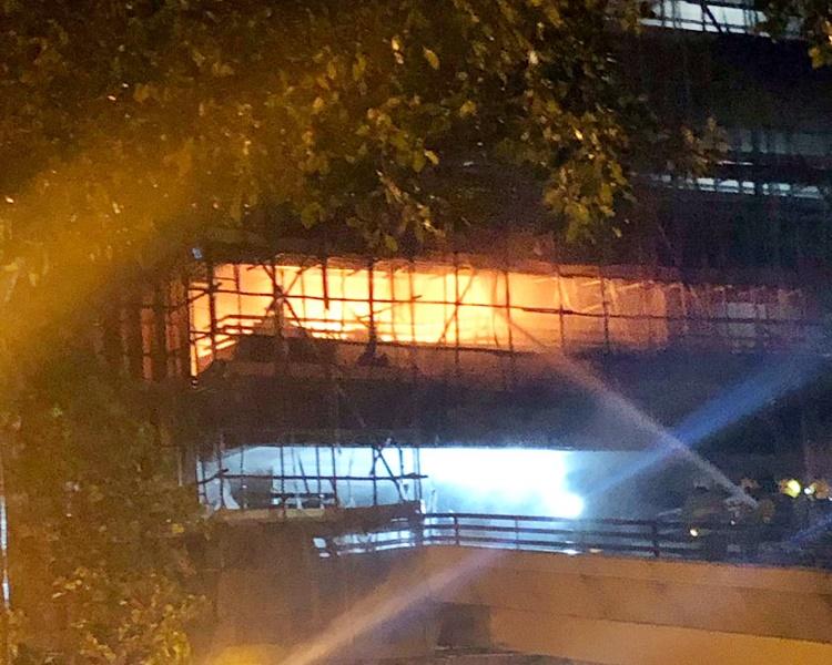 現場起火冒出濃煙並傳出爆炸聲。讀者提供