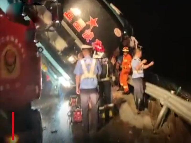 一輛大巴在廣東陽江境內的沈海高速公路發生側翻事故,目前已造成7人死亡。(網圖)