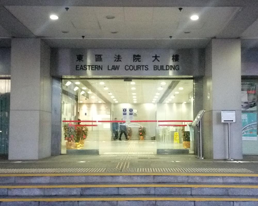 兩名男子涉嫌上月初在香港仔的行人天橋傷害一名大公報記者,被控傷人罪,今日於東區裁判法院提堂。