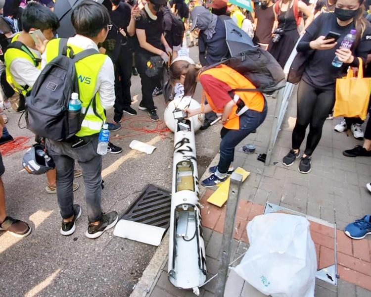 示威者破壞九龍灣多支智慧燈柱。