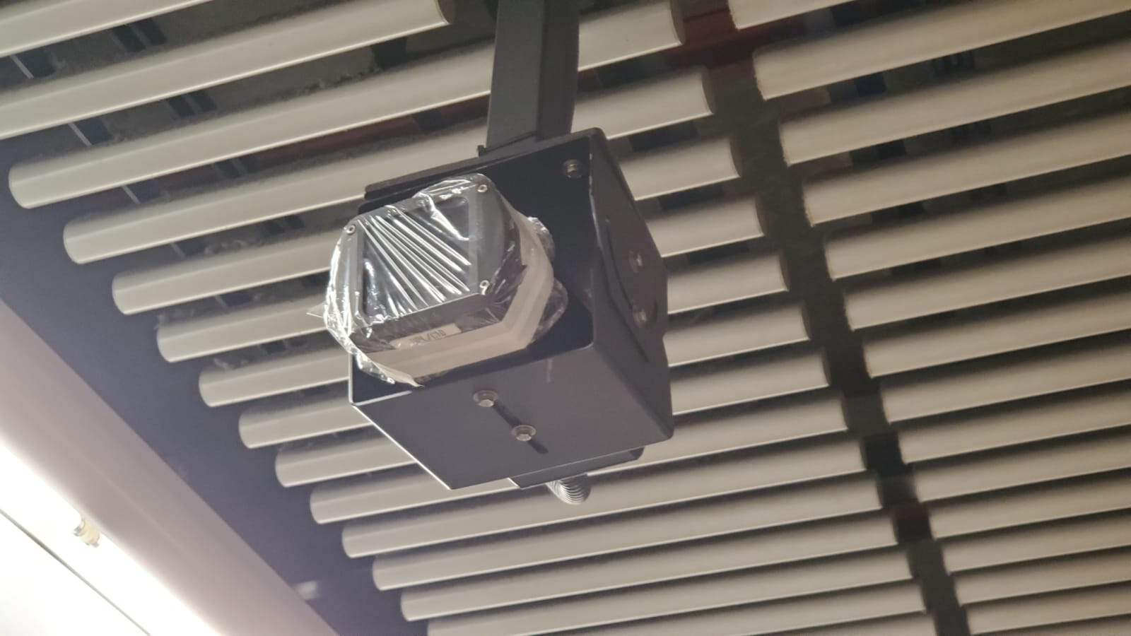 太子站月台有閉路電視被保鮮紙封起。