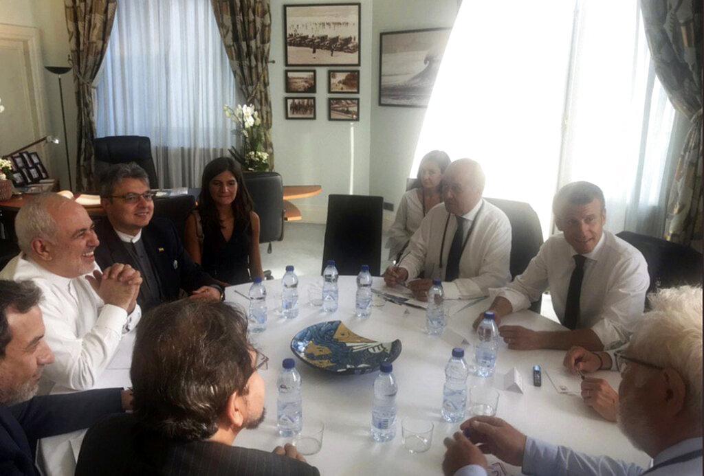 伊朗外長扎里夫(左三)閃電訪G7舉辦地,與法國總統馬克龍會晤。AP