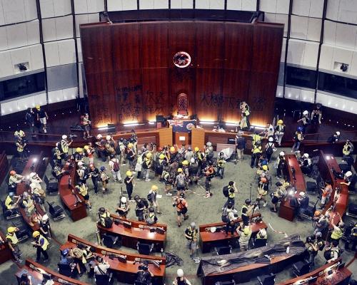 城大編委記者涉串謀刑毀被捕 警:涉7.1破壞立法會行為