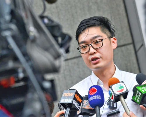 陳浩天機場出境時被扣查