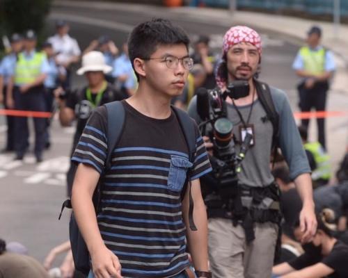 香港眾志秘書長黃之鋒突被捕 被?#21644;?#28771;仔警總