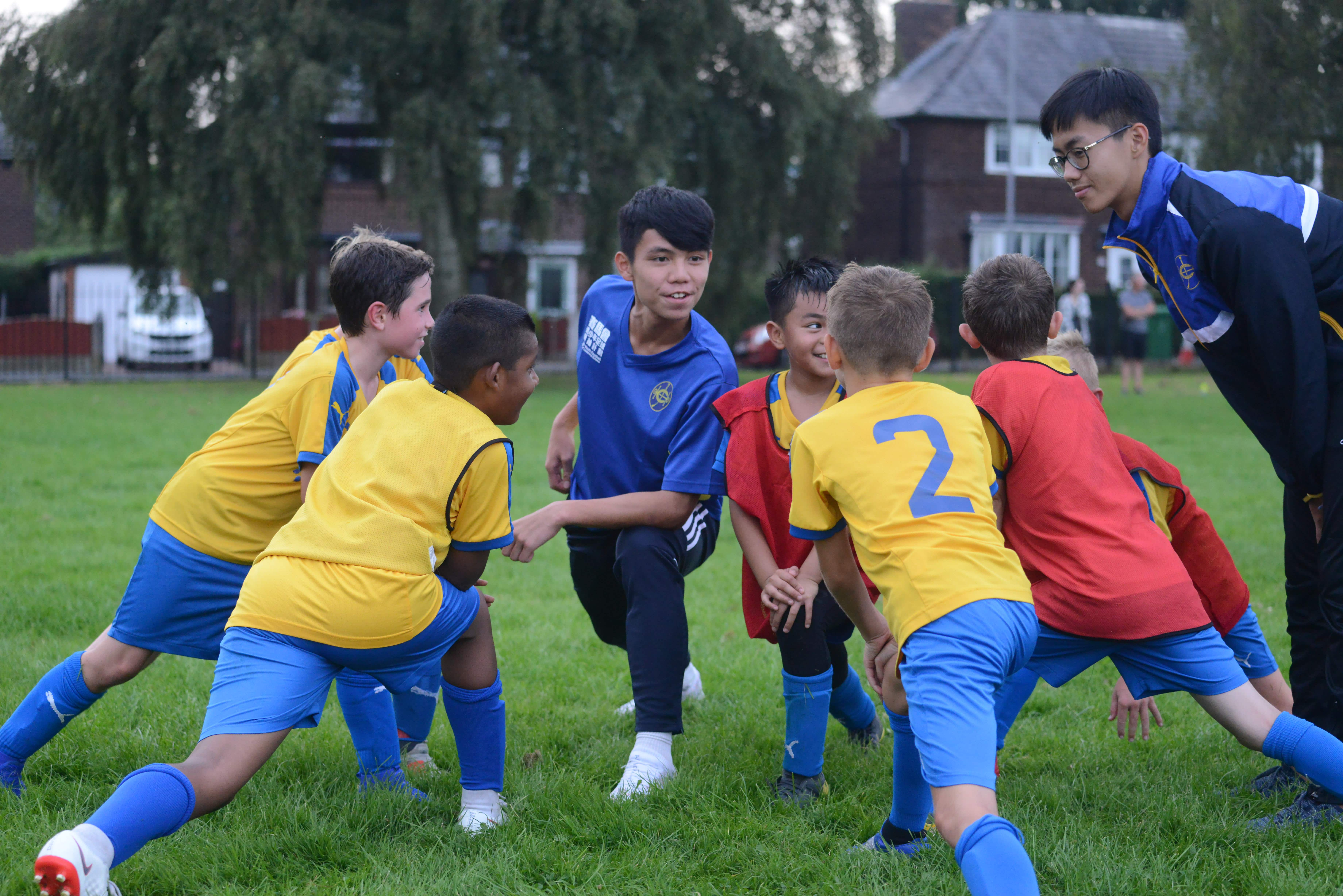 除了在曼市出任球僮工作,小領袖亦擔任義教,帶領當地小球員訓練。馮梓健攝