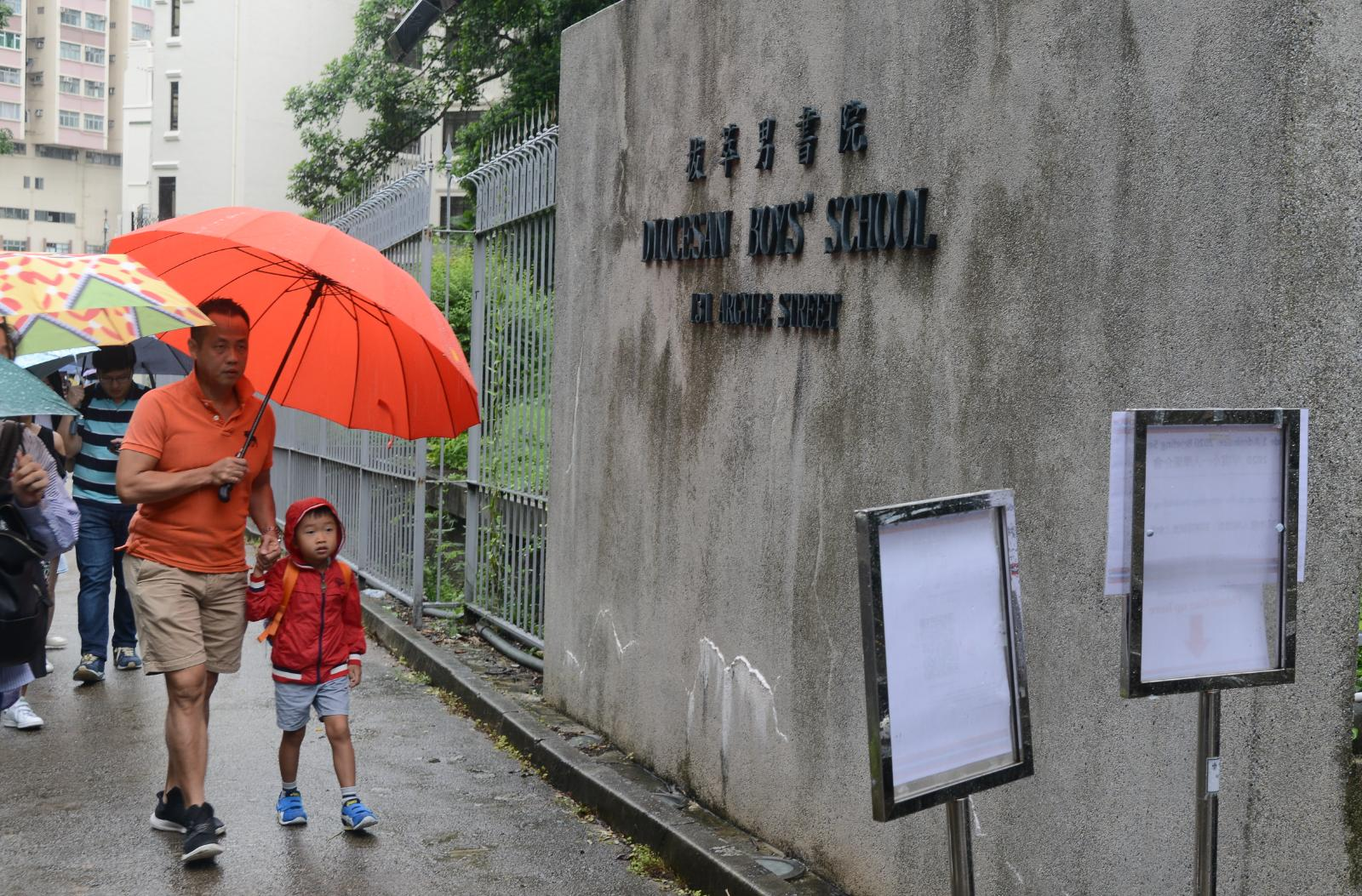 不少家長帶同子女冒雨前來。