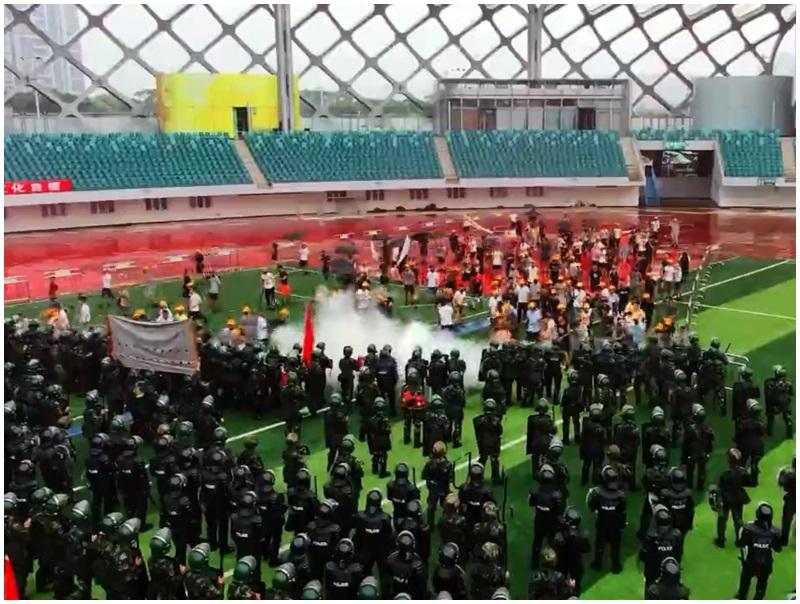 多次防暴演練,今晨再有武警車隊駛進深圳。網圖