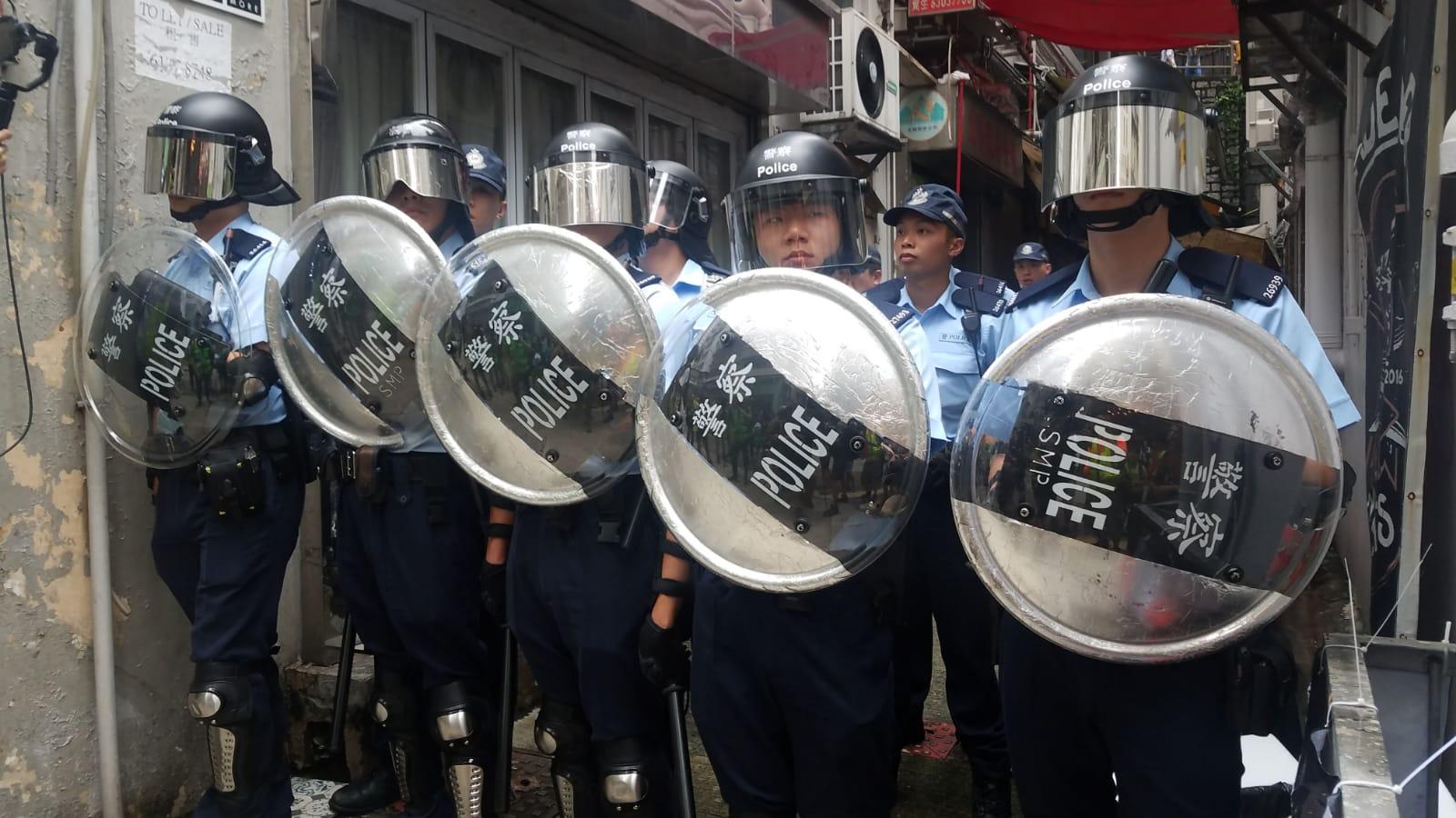 警方持盾牌在場戒備。